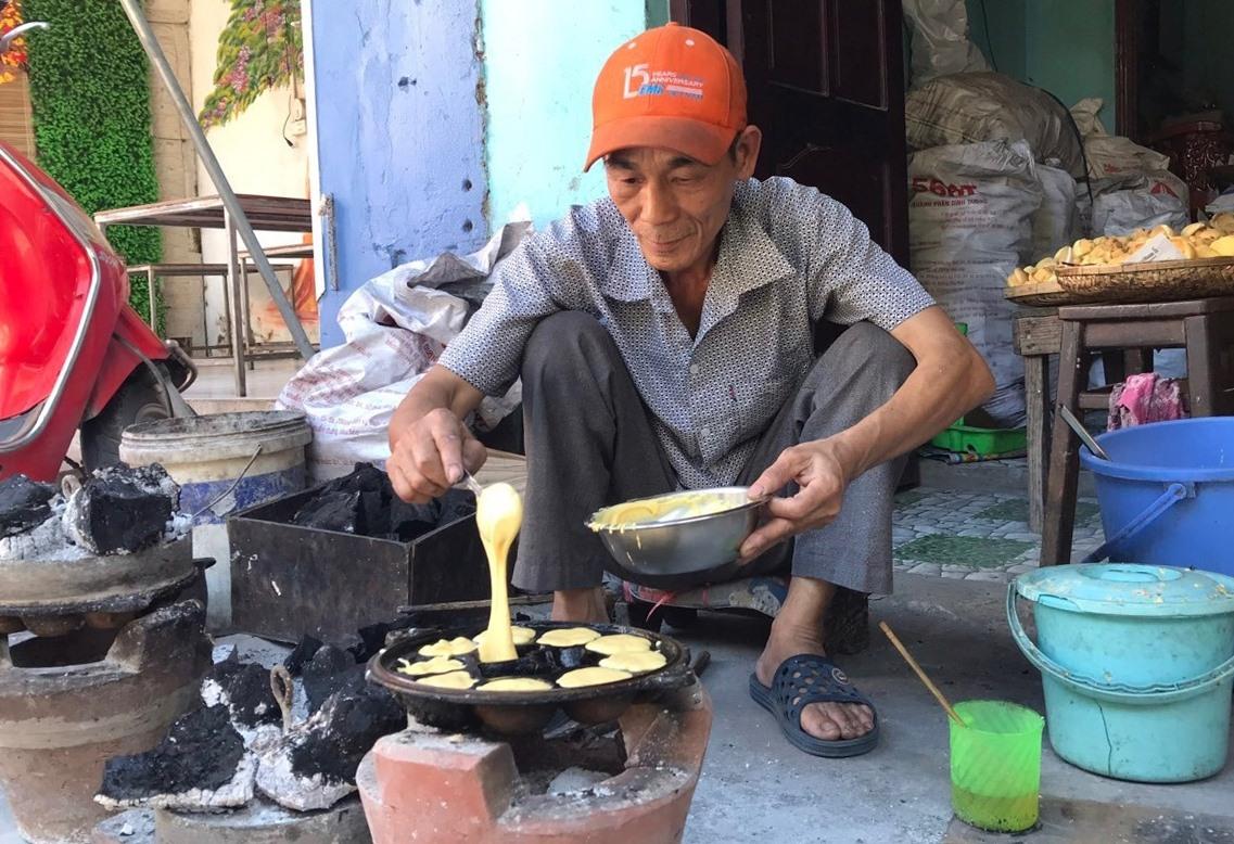 Vợ chồng bà Huỳnh Thị Xí giữ nghề tổ làm bánh thuẫn đã hơn 30 năm qua. (ảnh: N.Trang)