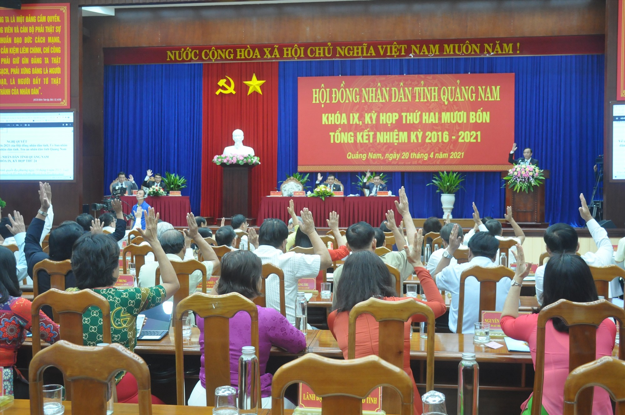 Đại biểu HĐND tỉnh biểu quyết ban hành nghị quyết về công tác nhiệm kỳ 2016 - 2021. Ảnh: N.Đ