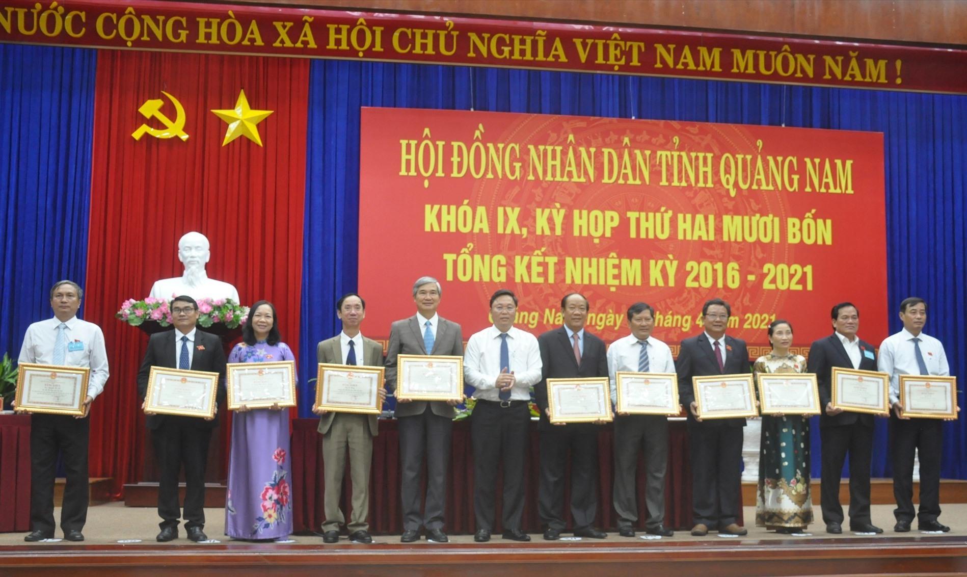 Chủ tịch UBND tỉnh Lê Trí Thanh tặng Bằng khen các đại biểu HĐND tỉnh khóa IX có thành xuất sắc đóng góp vào sự phát triển chung của tỉnh nhiệm kỳ 2016-2021. Ảnh: N.Đ