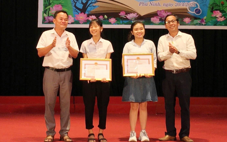 Khen thưởng học sinh đạt giải tại Ngày hội sách 2021. Ảnh: H.C