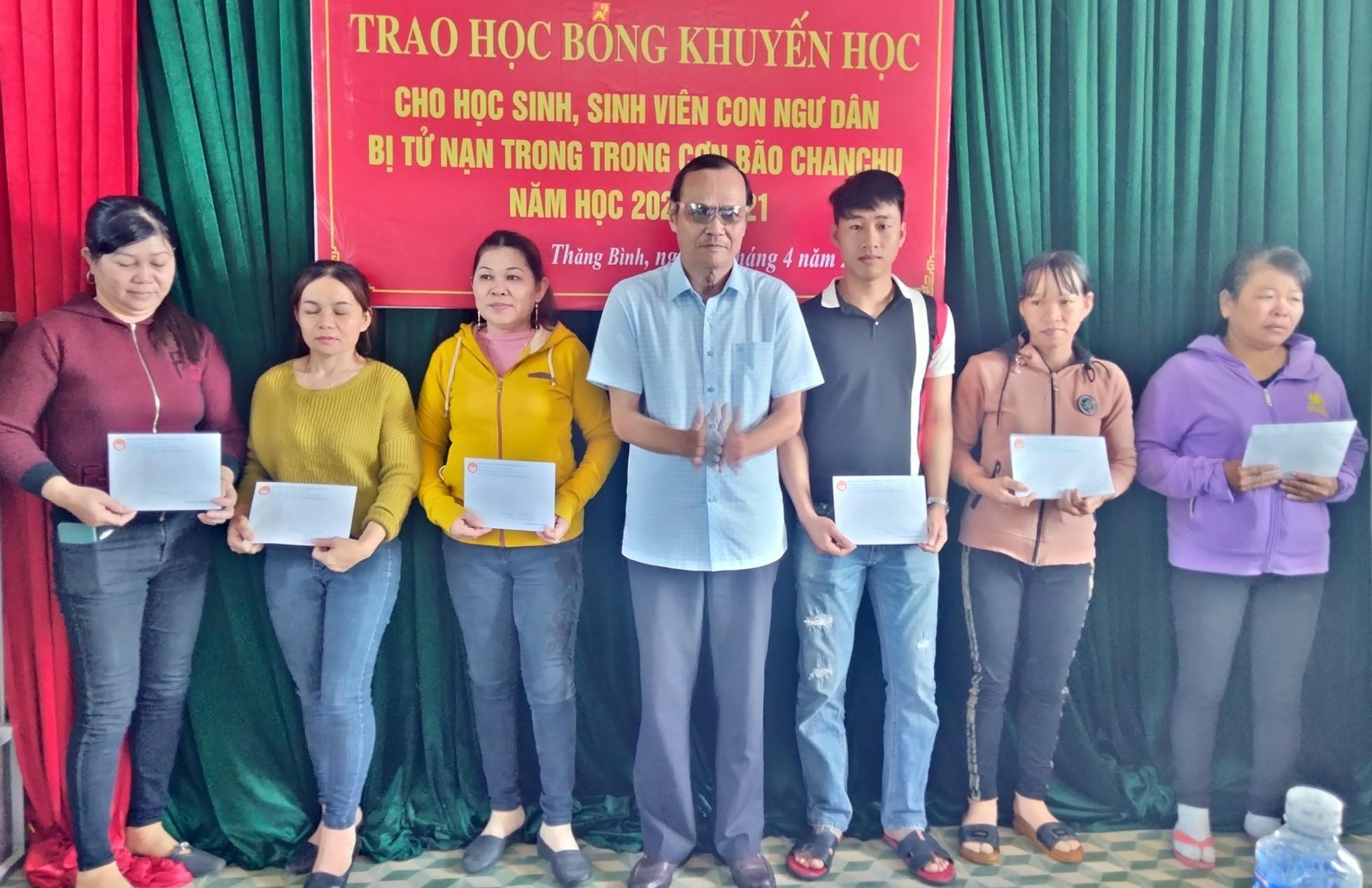ội Khuyến học Quảng Nam trao học bổng cho các em học sinh con ngư dân bị tử nạn trong bão Chanchu năm học 2020-2021.