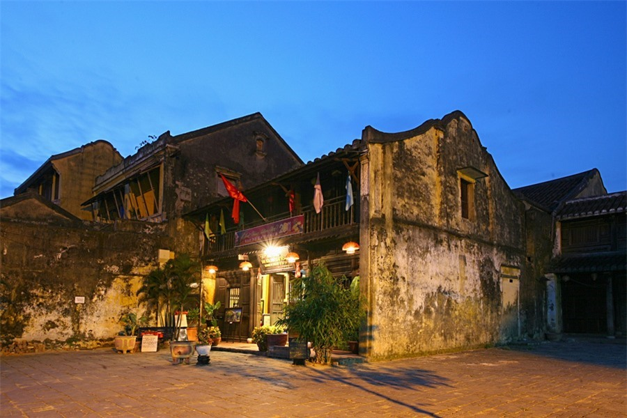 In late afternoon, the ancient mossy houses in Hoi An make visitors feel more nostalgic.