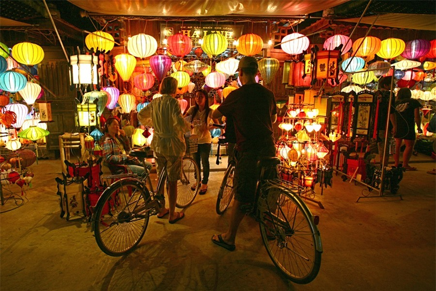 Crossing An Hoi bridge to An Hoi island, visitors are impressive to the lantern streets and shops where they can buy some as souvenirs or gifts.