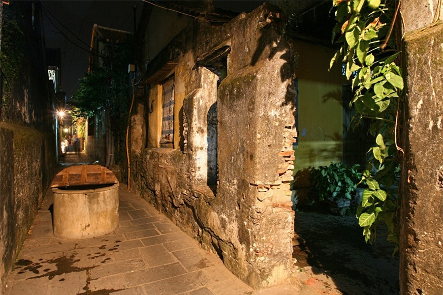 There are also some quiet places such as the alley connecting Bach Dang and Nguyen Thai Hoc street, where an ancient well is found.