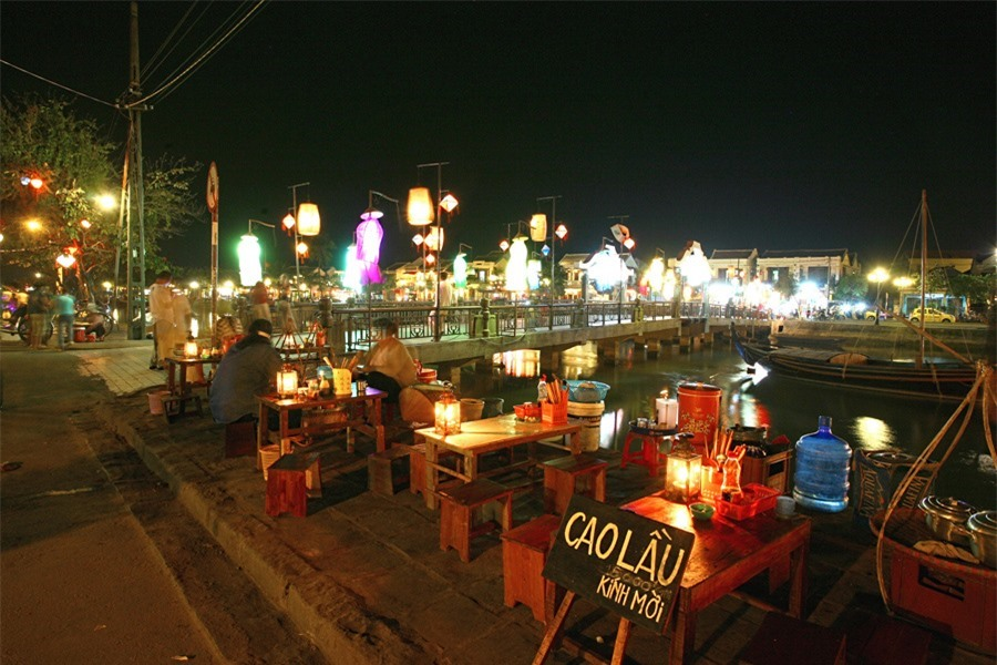 The lights are also switched on at the end of Bach Dang Street and the area of Japanese Bridge (Chua Cau), where a variety of foods are sold.