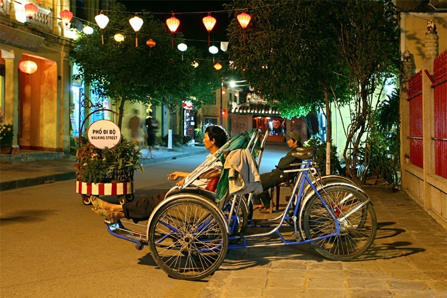 The pedestrian streets begins to be busy with visitors. The atmosphere becomes fresh and pleasant. Sometimes, they can see some cyclos or bicycles.