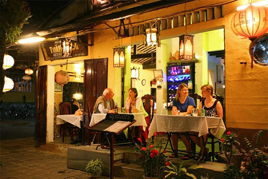 The cafés along Bach Dang street are in foreigners' favour because of their views.