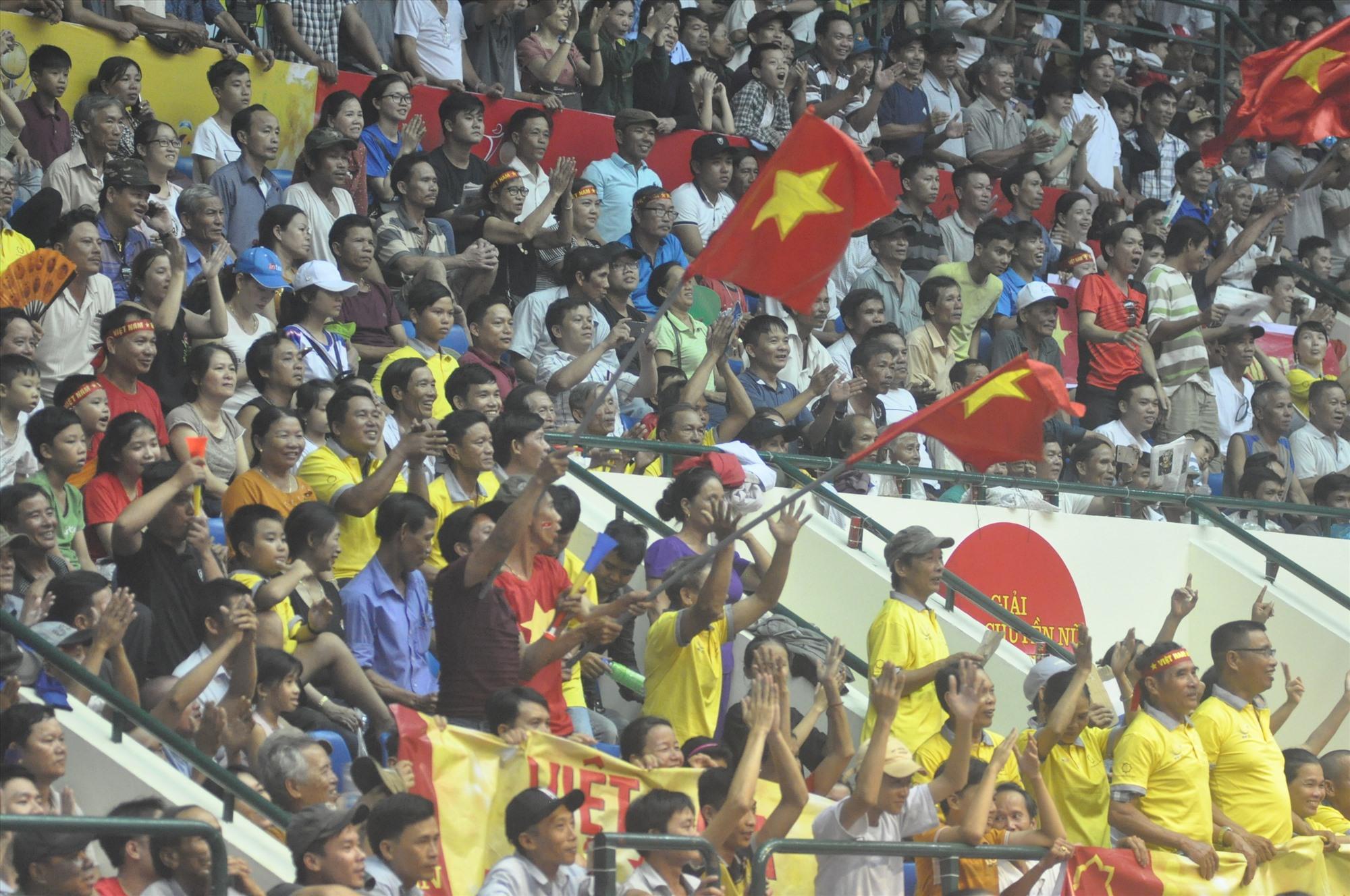 Khán giả Quảng Nam đã tạo ra không khí sôi động trên khán đài Nhà thi đấu TD-TT tỉnh tại giải bóng chuyền quốc tế VTV  Cup. Ảnh:T.Vy