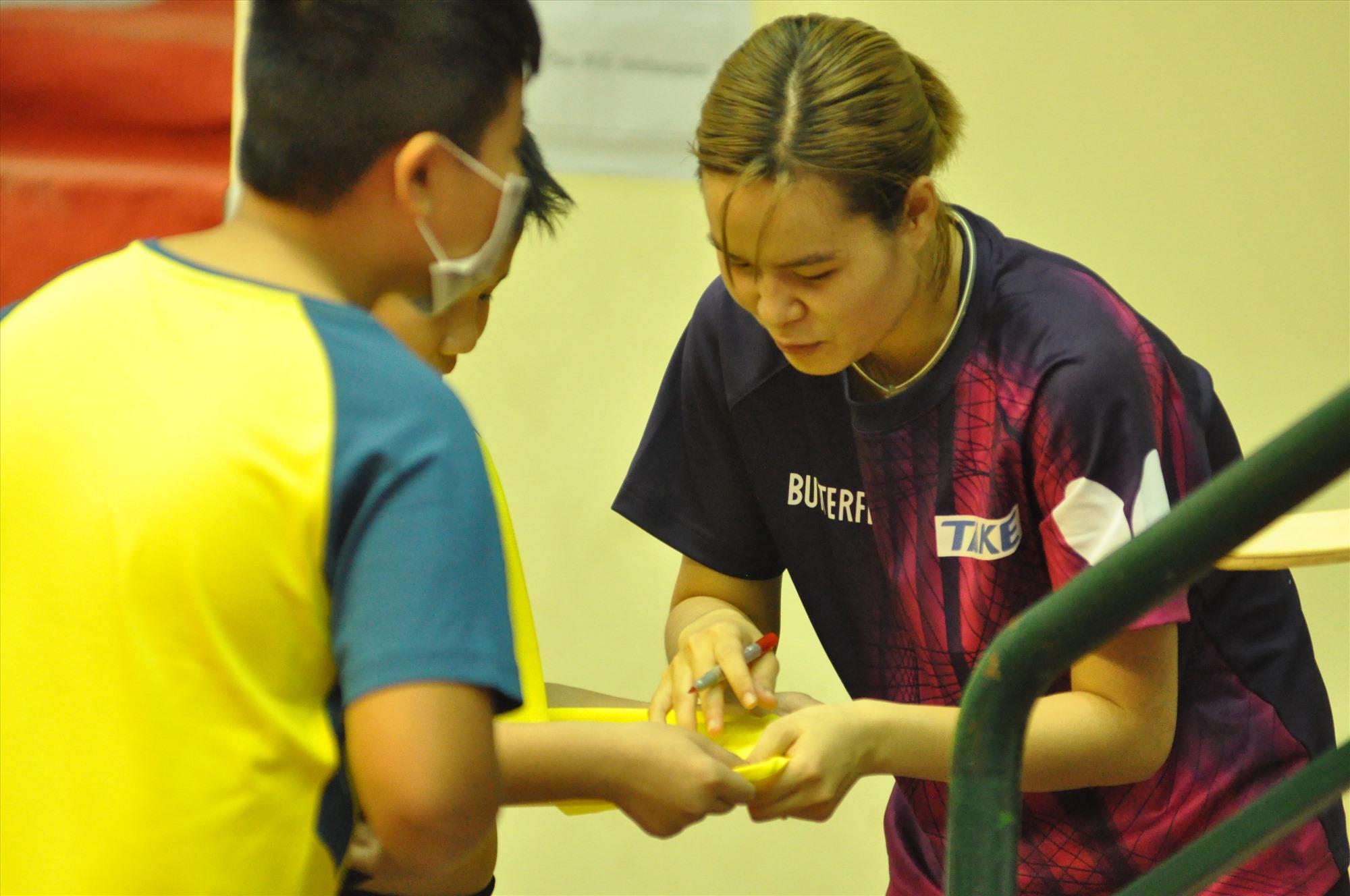 Người hâm mộ xin chữ ký tay vợt tại giải bóng bàn các cây vợt xuất sắc toàn quốc năm 2020 diễn ra tại Quảng Nam. Ảnh: T.Vy
