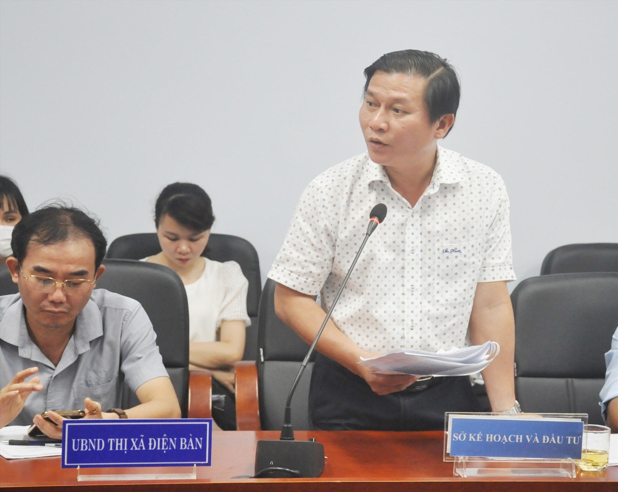 Ông Nguyễn Tấn Văn - Phó Giám đốc Sở Kế hoạch và đầu tư thông tin về dự án của chủ đầu tư STO cho đại diện người mua đất biết. Ảnh: N.Đ