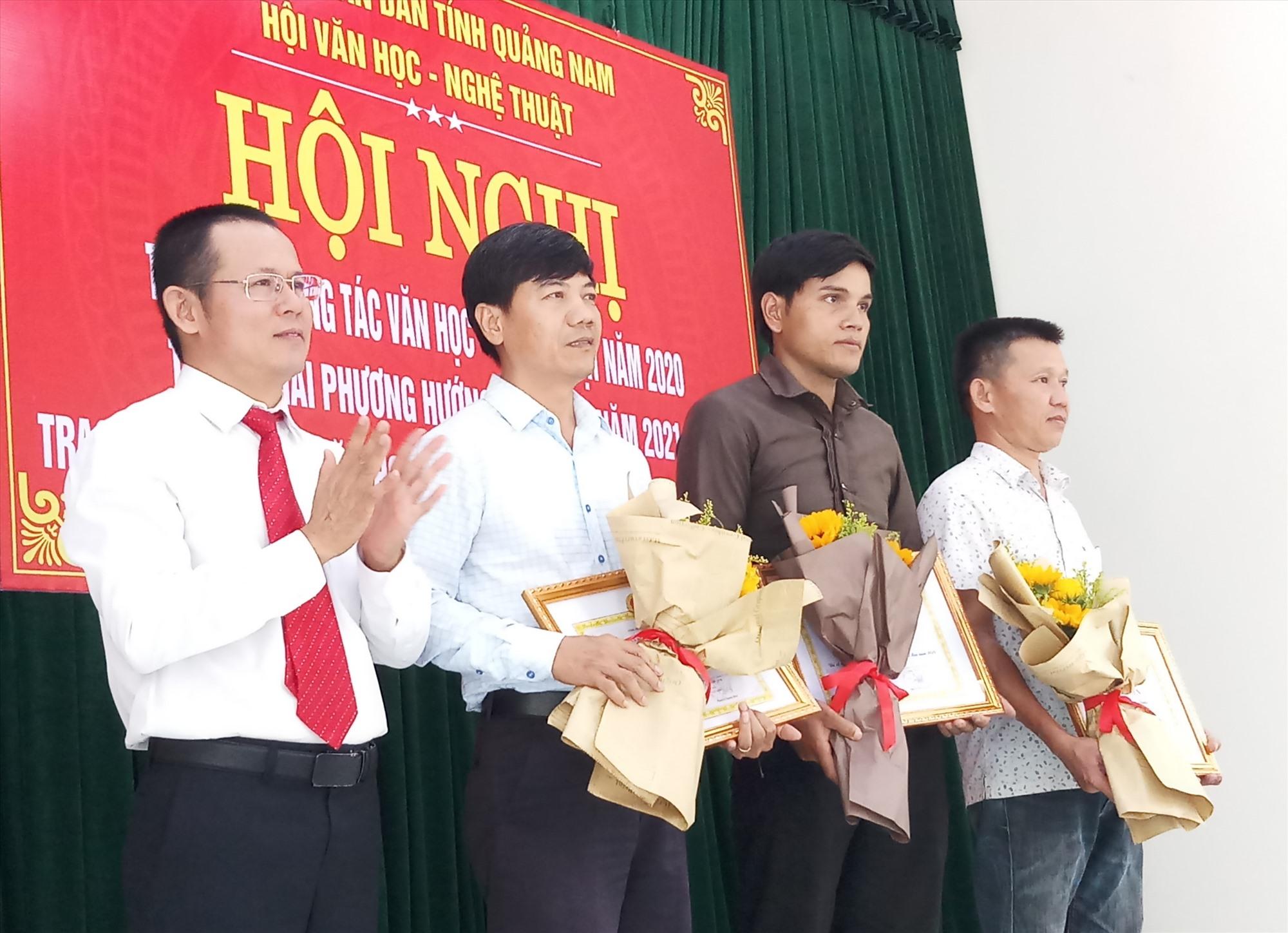 Các hội viên có tác phẩm nghệ thuật chất lượng nhận giấy khen của Hội VH-NT tỉnh. Ảnh: N.T