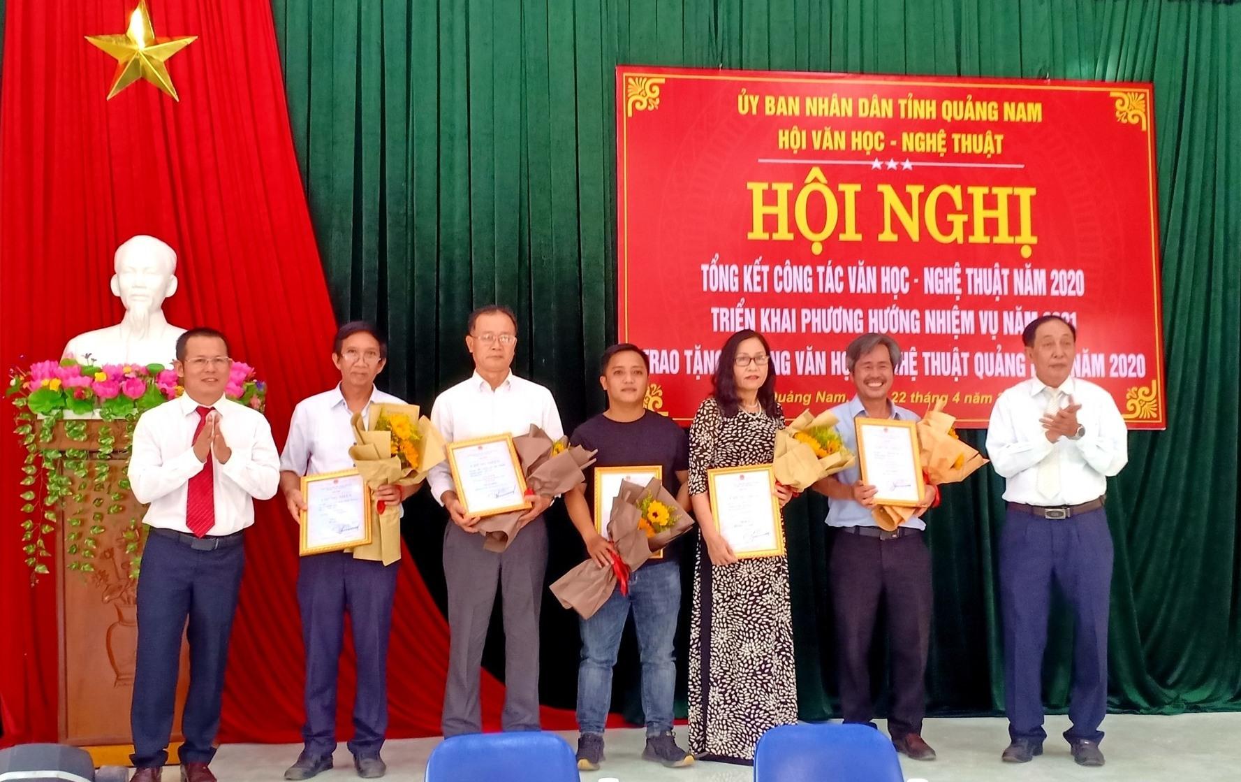 Đại diện Hội VH-NT Quảng Nam trao Tặng thưởng VH-NT Quảng Nam năm 2020 cho các tác giả đoạt giải C. Ảnh: N.T