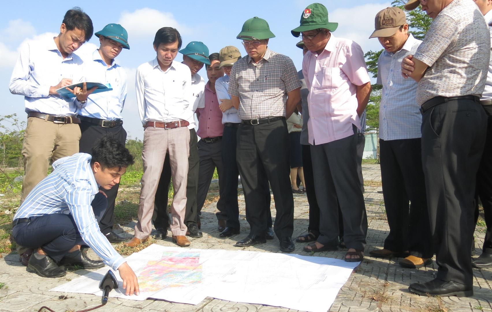 Chủ tịch UBND tỉnh Lê Trí Thanh và đoàn công tác của tỉnh kiểm tra, giám sát dự án đầu tư trên địa bàn. Ảnh: T.D