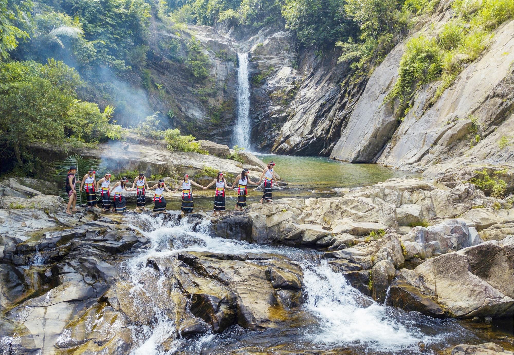 Hố Nước Ví tại núi Răng cưa xã Trà Kót (Bắc Trà My) giàu tiềm năng phát triển du lịch sinh thái. Ảnh: VĂN BÌNH