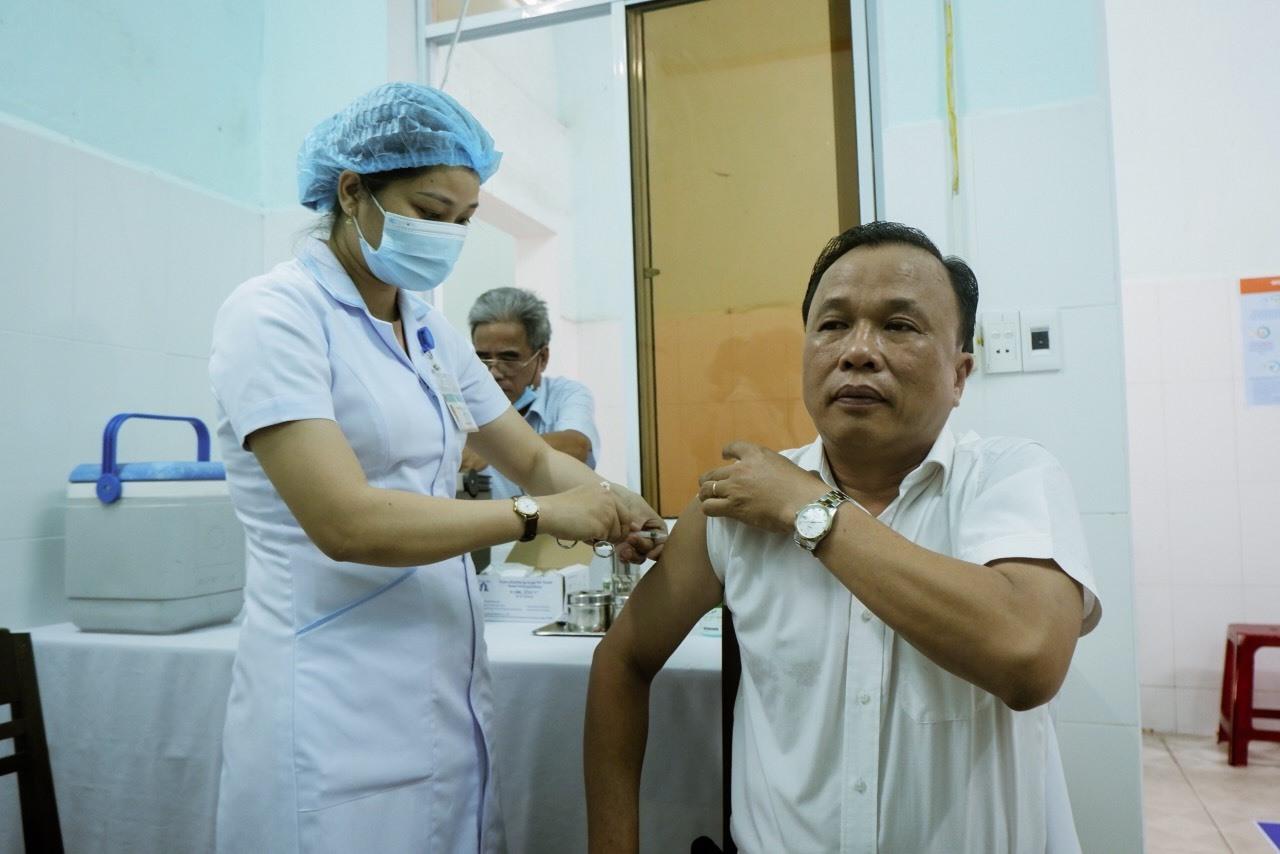 Ông Mai Văn Mười - Giám đốc Sở Y tế tiêm phòng vắc xin ngừa Covid-19