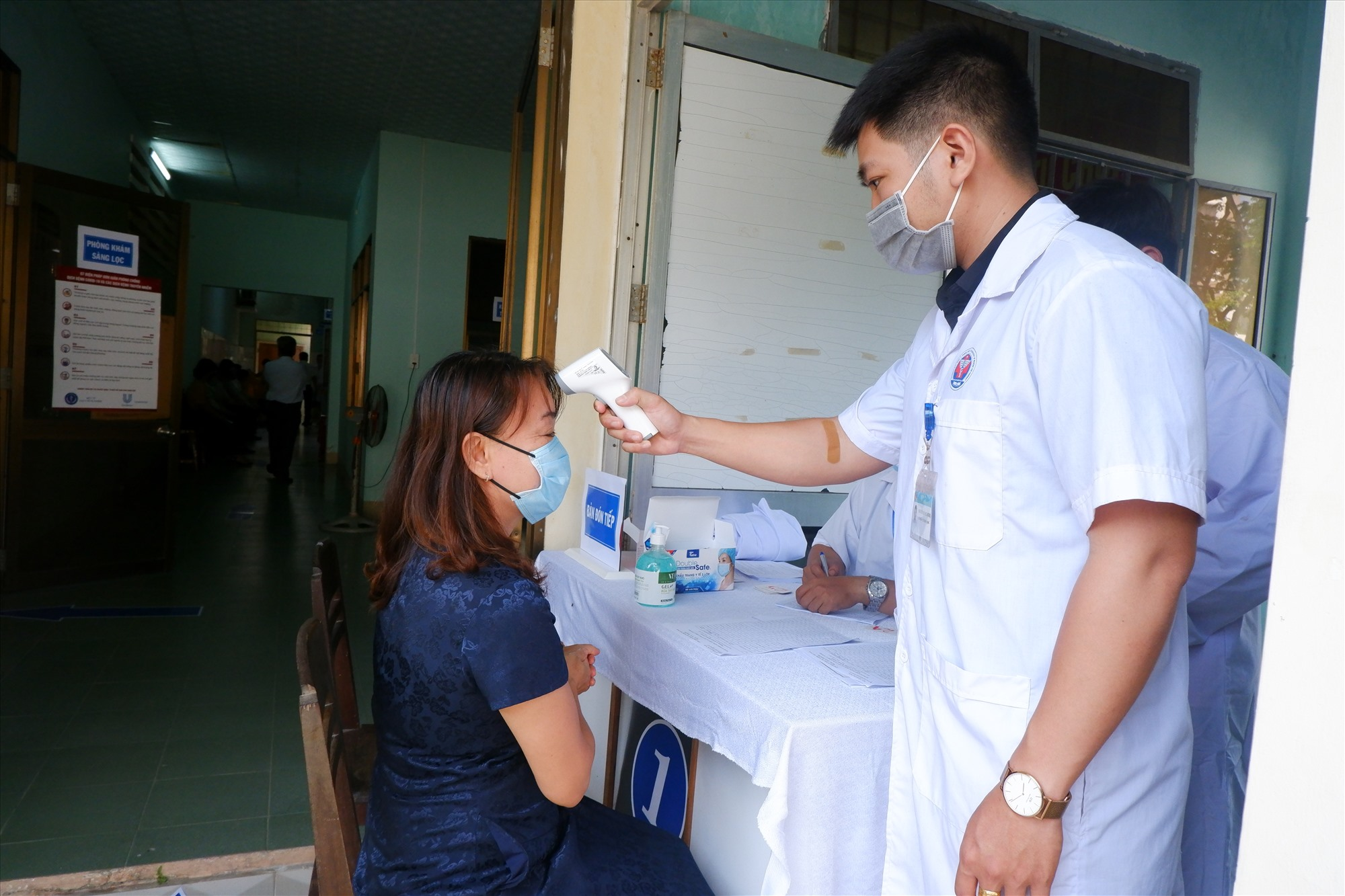 Việc tiêm chủng vắc-xin ngừa Covid-19 sẽ được thực hiện theo thứ tự các quy trình đăng ký - tư vấn - khám - tiêm và theo dõi sau tiêm. Anh: X.H