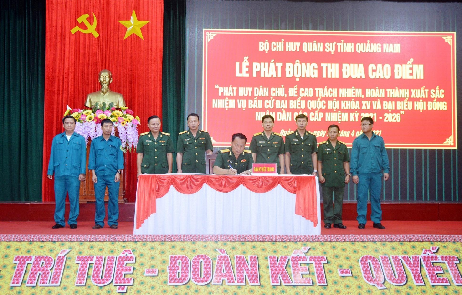 Các cơ quan, đơn vị LLVT tỉnh ký kết giao ước thi đua.