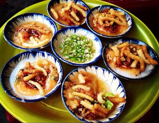 Bánh bèo (bloating fern-shaped cake) The ingredients of bloating fern-shaped cakes in Hoi An are made from local products, so it is special and typical.