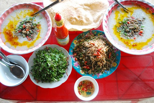 Crushed rice crackers and stir-fried mussels are also the specialities in Hoi An. They are very attractive to visitors.