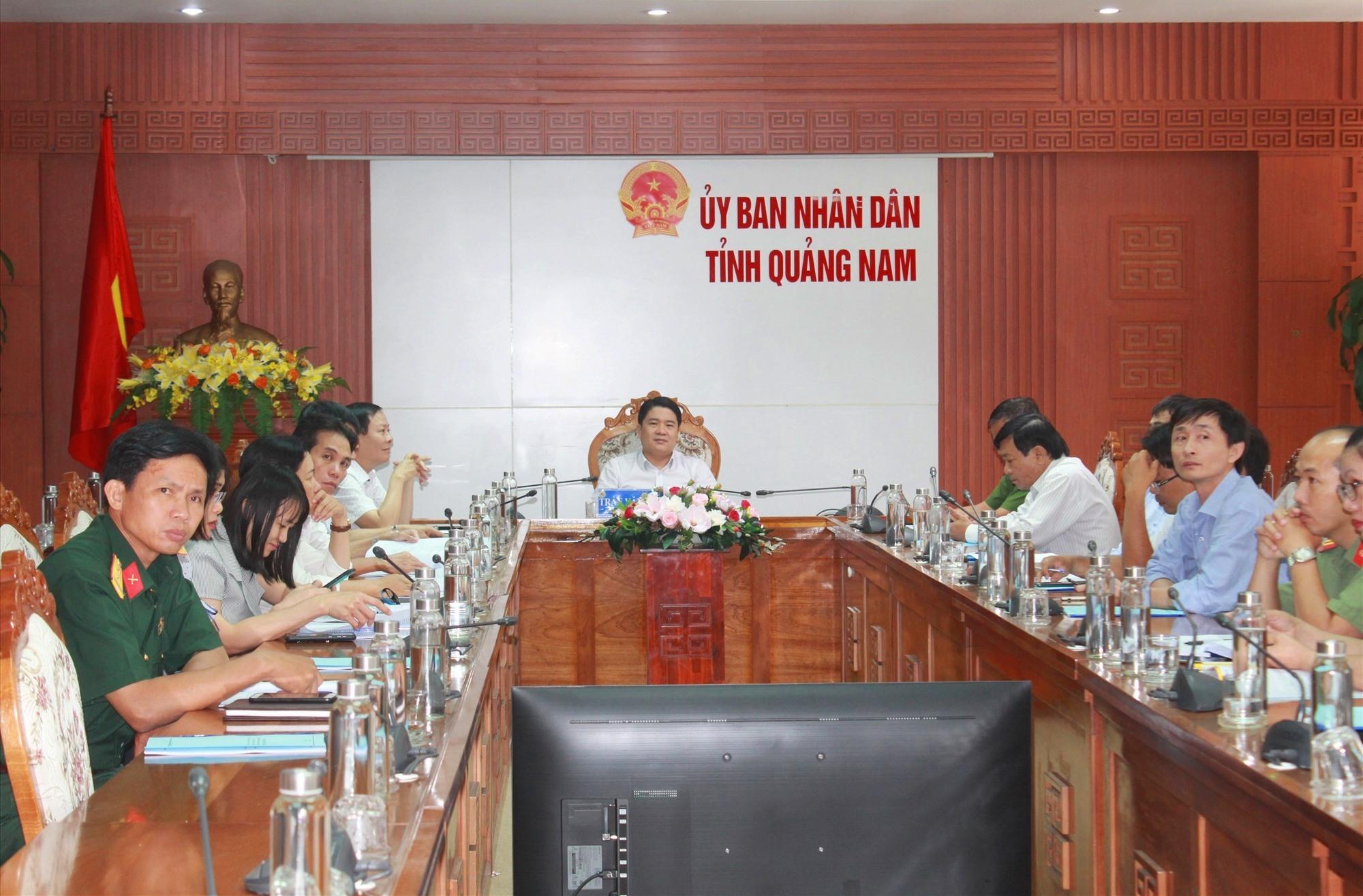 Phó Chủ tịch UBND tỉnh Trần Văn Tân chủ trì điểm cầu trực tuyến tại UBND tỉnh. Ảnh: T.C
