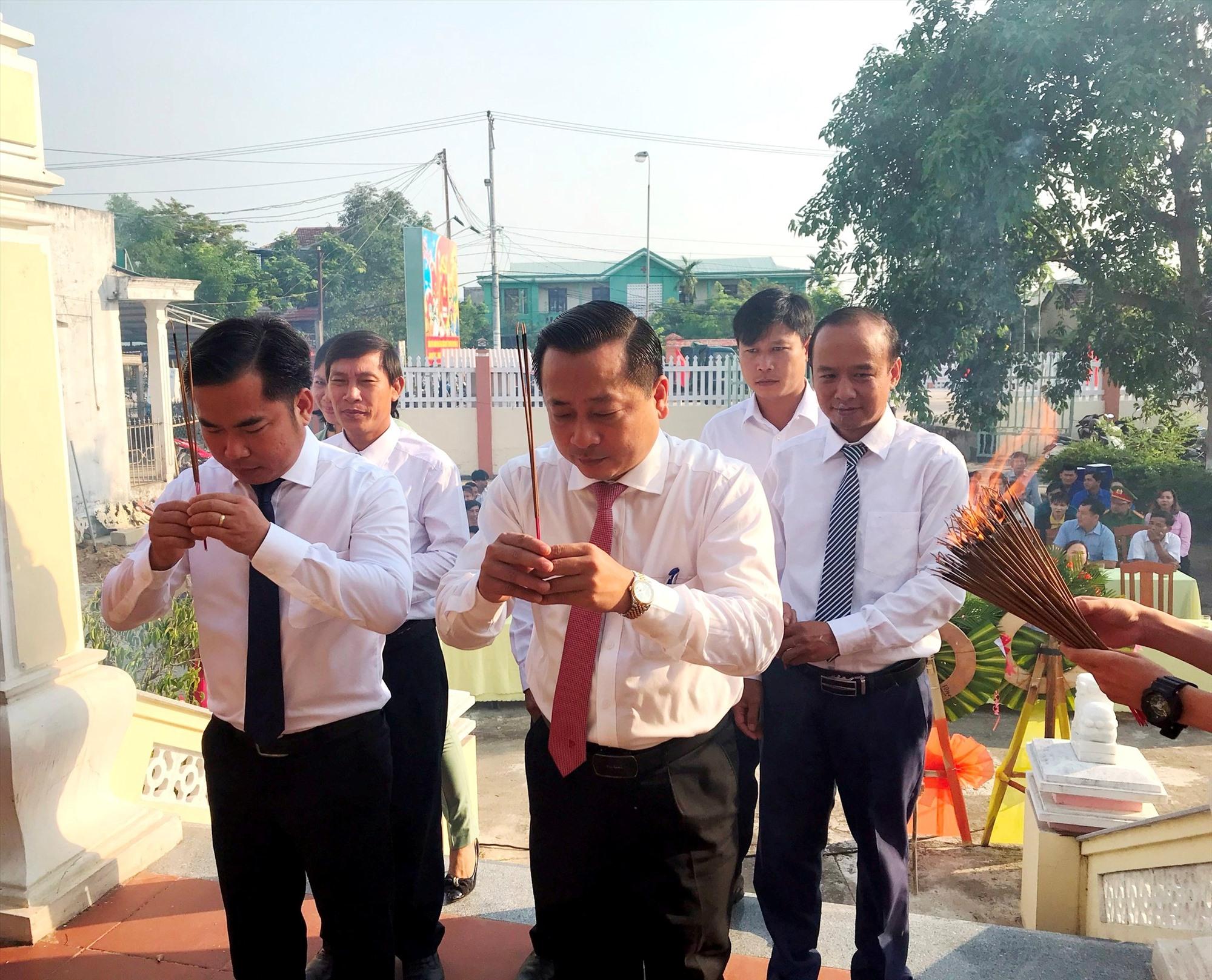 Lãnh đạo huyện Đại Lộc viếng hương mộ cụ Đỗ Đăng Tuyển. Ảnh: XT