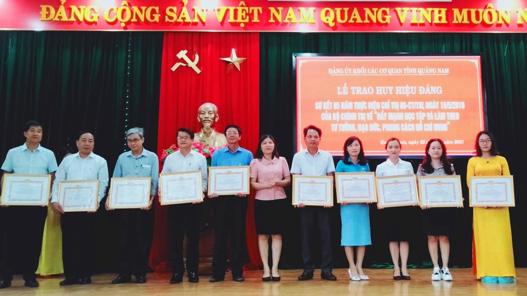 Ban Thường vụ Đảng ủy Khối các cơ quan tỉnh khen thưởng các gương điển hình về thực hiện Chỉ thị 05 của Bộ Chính trị trong 5 năm qua. Ảnh: N.Đ