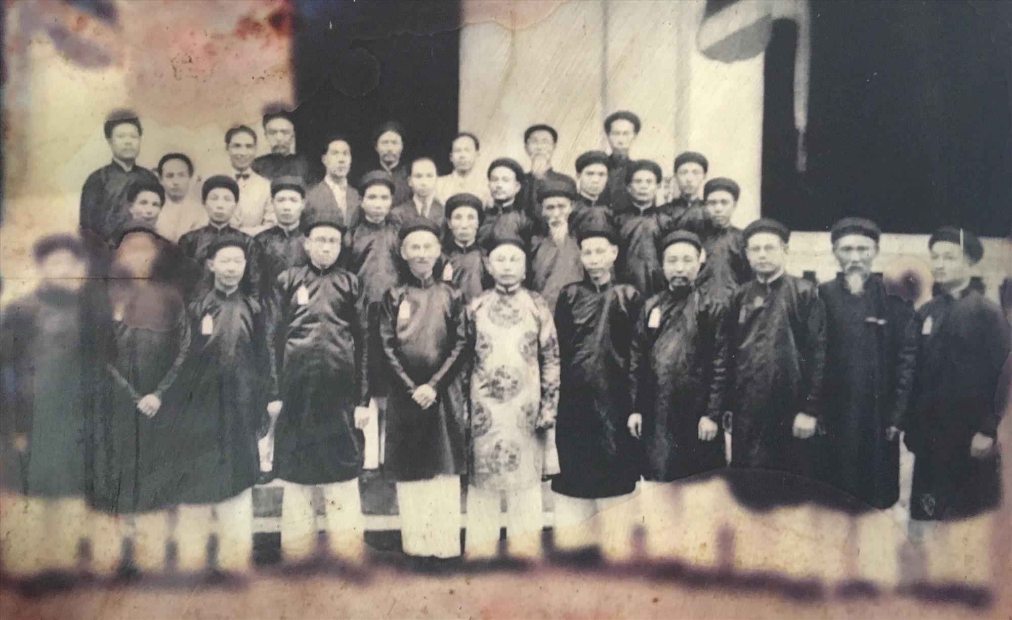 Ông Bùi Huy Tín (đứng giữa) trong buổi họp Hội Đồng châu Bắc kỳ tại Huế năm 1922 (lưu trữ tại Hội Đồng châu Bắc kỳ).