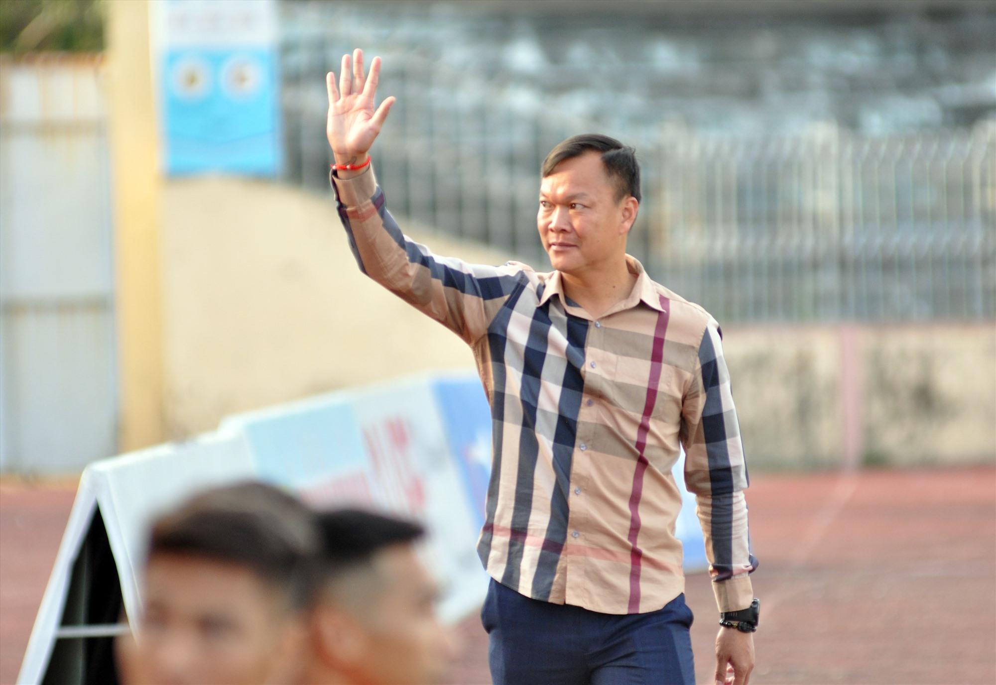 Niềm vui của HLV Dương Hồng Sơn sau chiến thắng đầu tay cùng Quảng Nam. Ảnh: T.VY