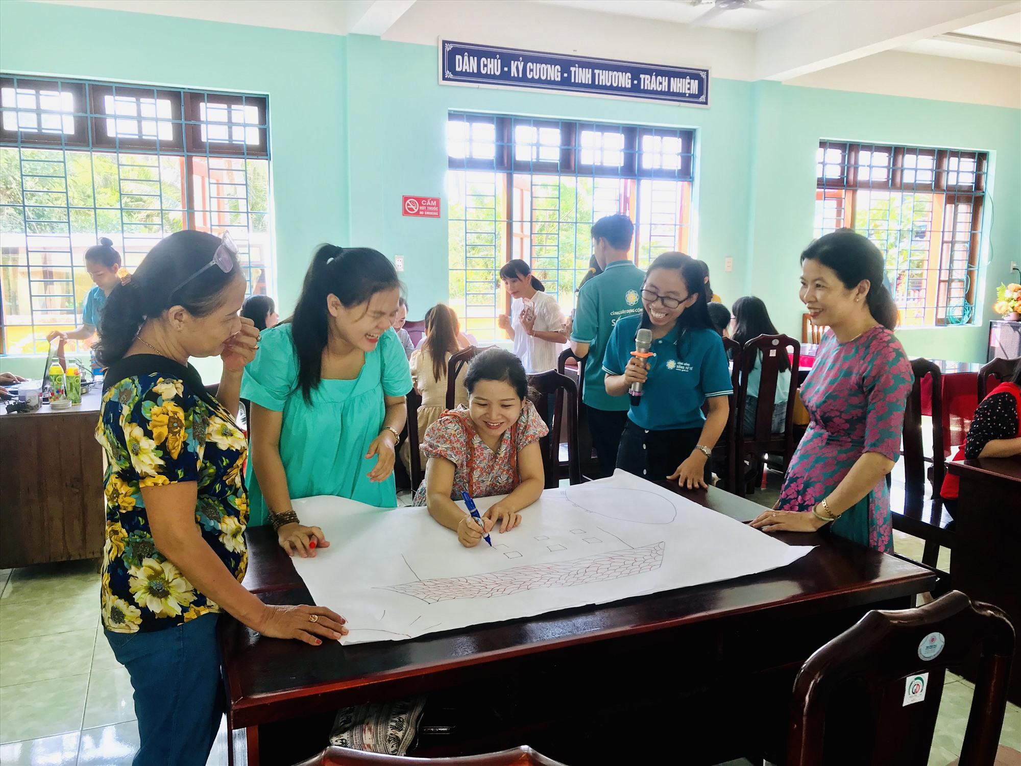 Giáo viên hào hứng khi tiếp cận các kỹ năng xây dựng ngôi trường hạnh phúc. Ảnh: Q.T