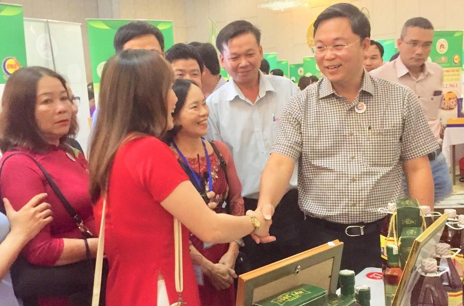 Chủ tịch UBND tỉnh Lê Trí Thanh chia vui với các doanh nghiệp Quảng Nam. Ảnh: CTV