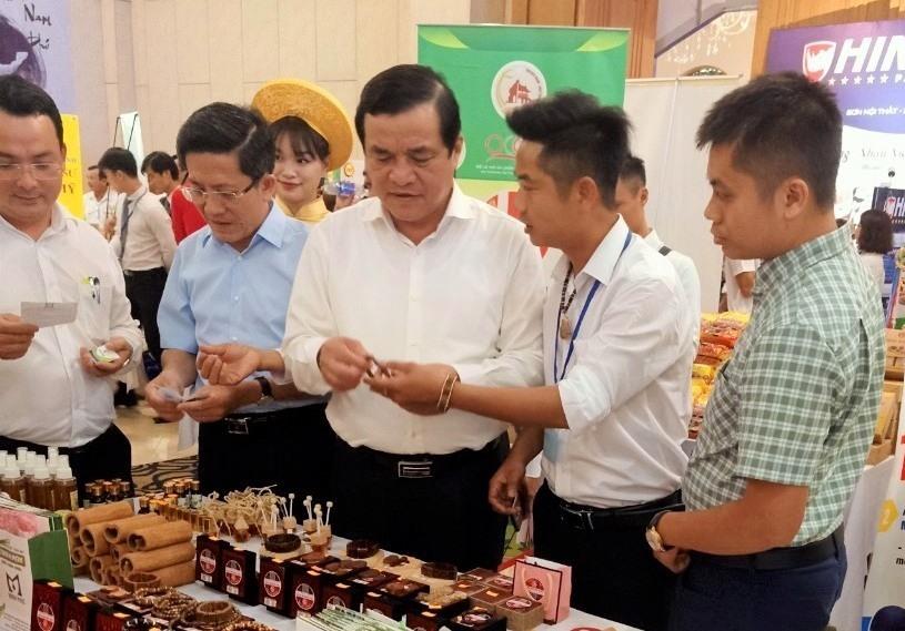 Bí thư Tỉnh ủy, Chủ tịch HĐND tỉnh Phan Việt Cường đến thăm các gian hàng trưng bày. Ảnh: CTV