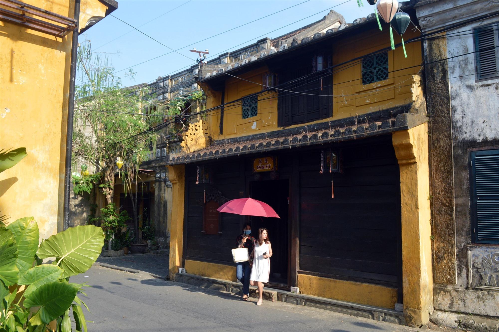 Du khách tham quan một di tích nhà cổ tư nhân