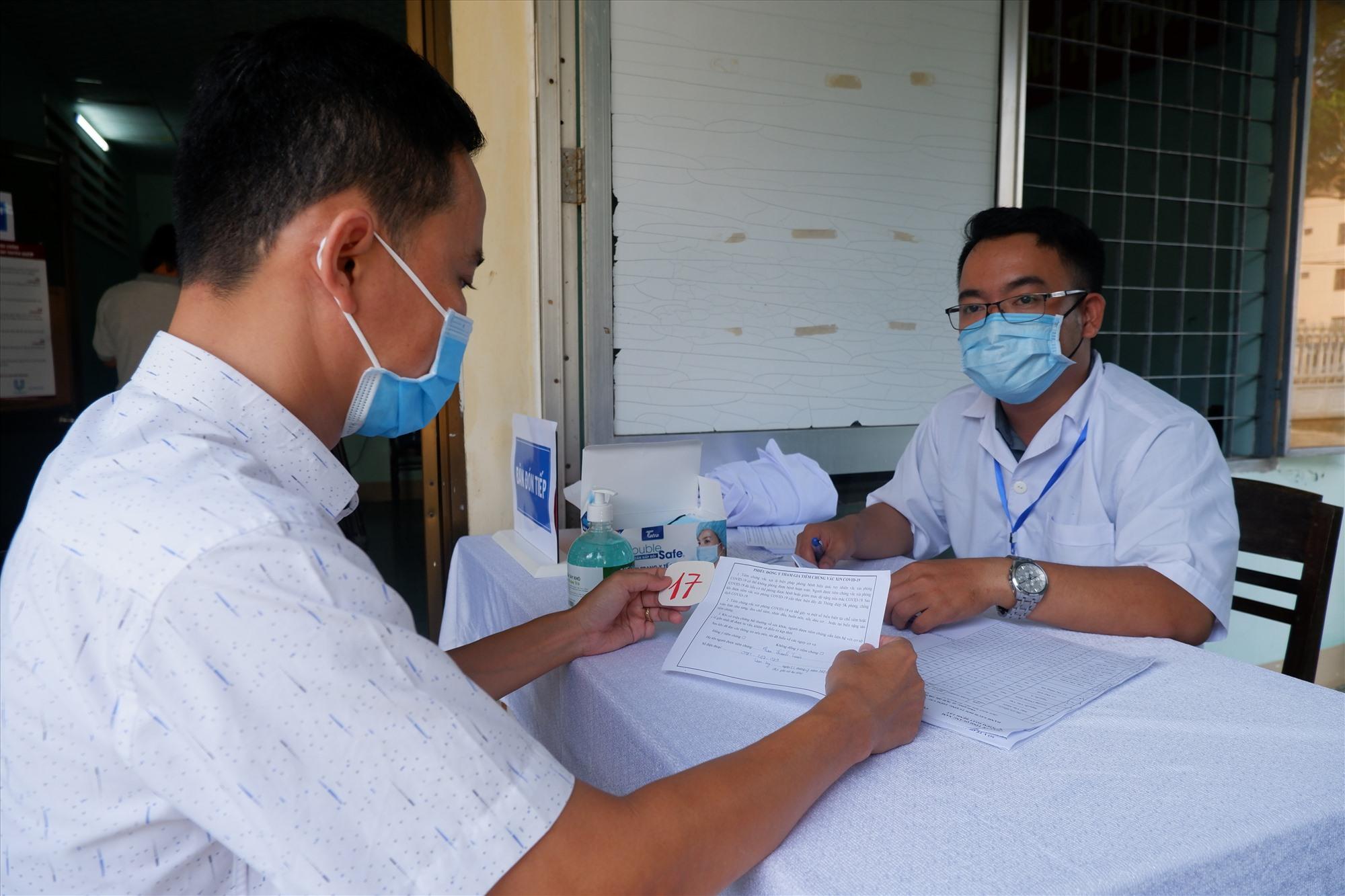 Quảng Nam đã triển khai việc tiêm vắc xin Covid-19, bên cạnh đó tiếp tục thực hiện các biện pháp kiểm soát khác. Ảnh: X.H