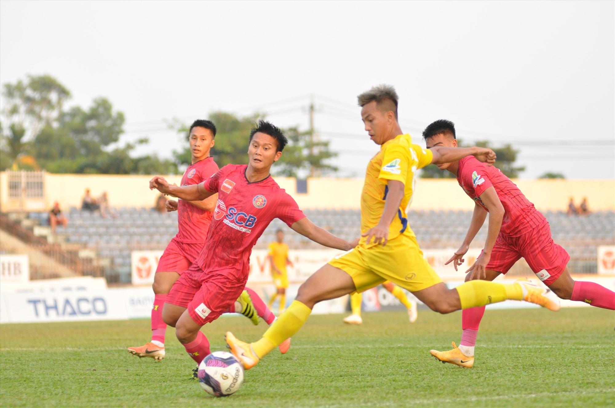 Hữu Sơn (áo vàng) thi đấu ấn tượng, ghi 1 bàn thắng và kiến tạo 1 pha cho Thanh Trung ghi bàn. Ảnh: T.V