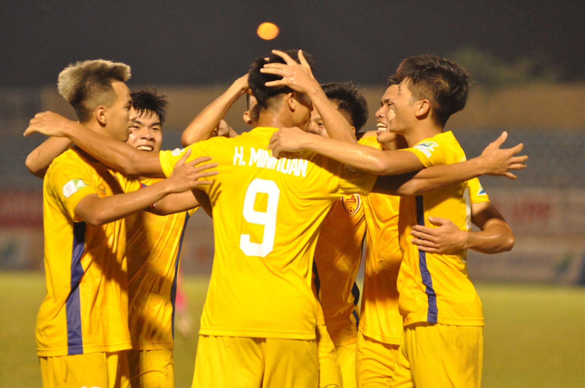 Niềm vui của các cầu thủ Quảng Nam sau khi Minh Tuấn ghi bàn quyết định đến chiến thắng. Ảnh: T.V