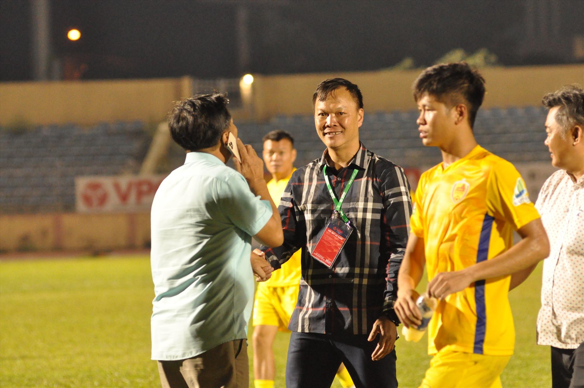 Nụ cười của HLV Dương Hồng Sơn sau trận đấu. Ảnh: T.V