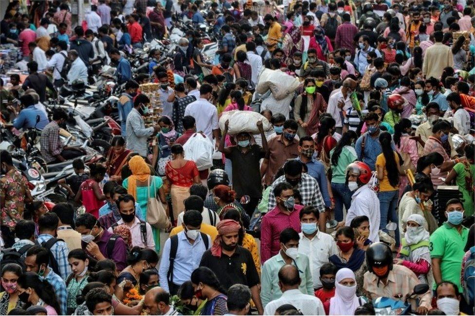 Một khu chợ đông đúc tại Ấn Độ trong bối cảnh Covid-19 vẫn đang hoành hành dữ dội tại nước này. Ảnh: gulistannews