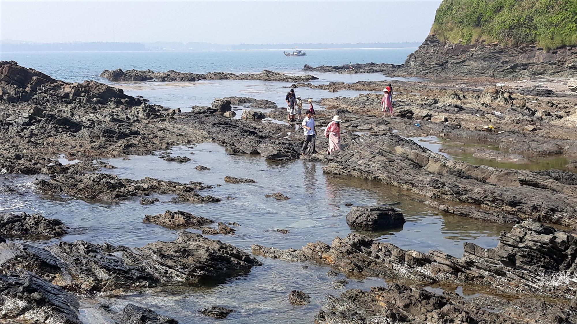 Quảng Nam quan trắc 6 điểm trầm tích trong năm 2021. Trong ảnh: Đá trầm tích tại Bàn Than (Tam Hải, Núi Thành). Ảnh: C.N