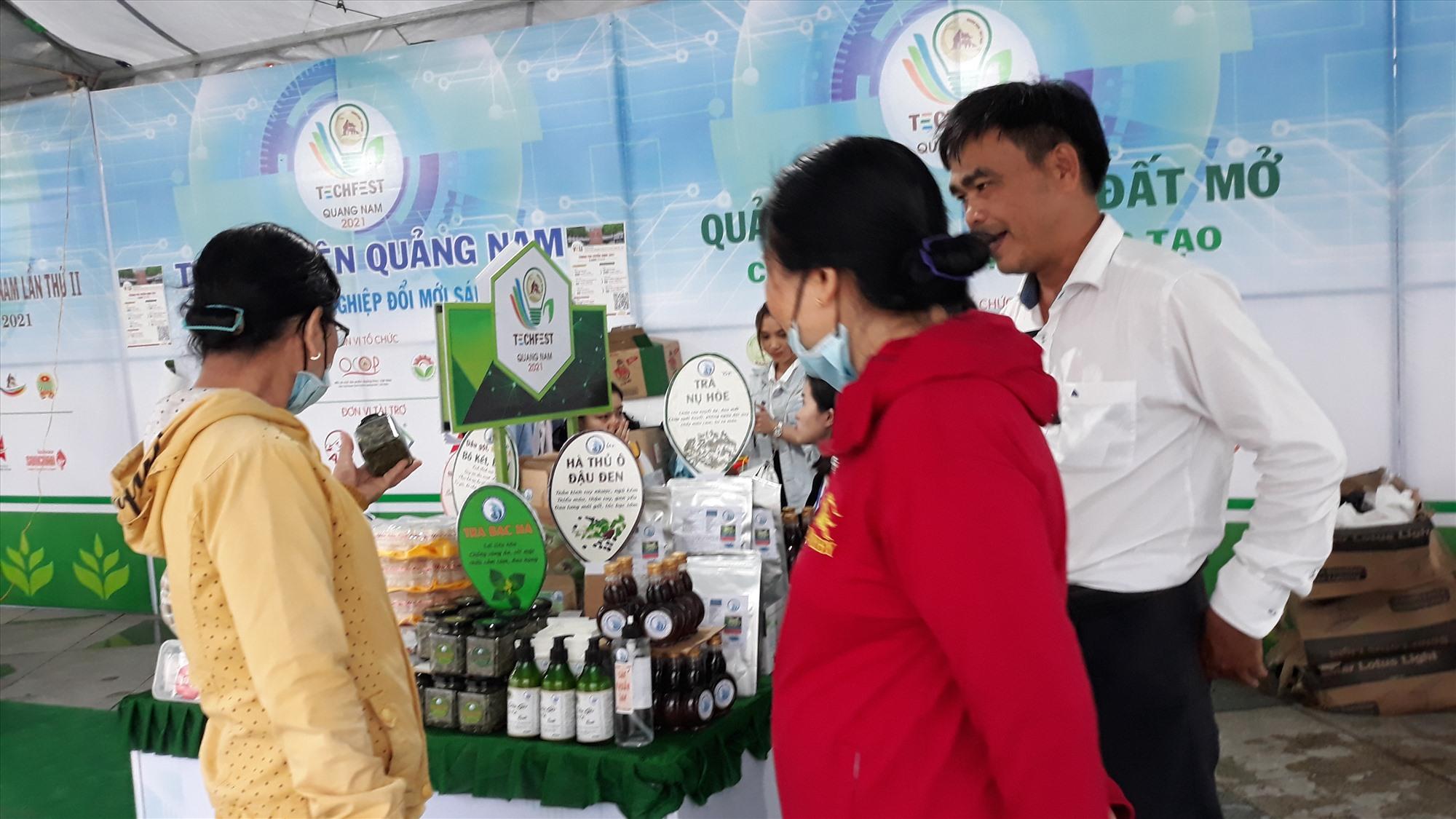 Khách hàng ở Quảng Nam chọn mua sản phẩm của Khoa Y Dược Đại học Đà Nẵng. Ảnh: C.N