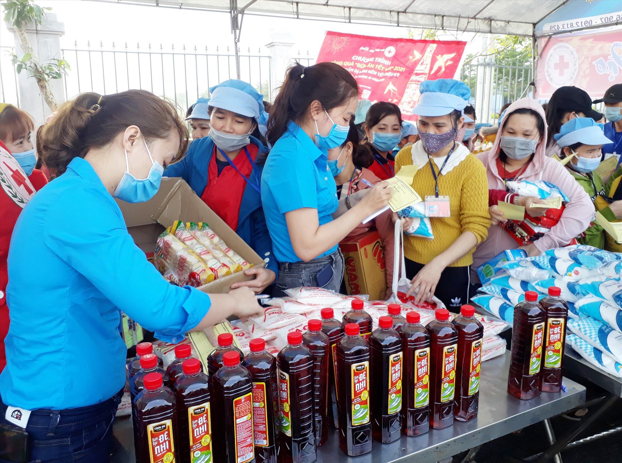 """LĐLĐ huyện Quế Sơn phối hợp với các đơn vị, doanh nghiệp tổ chức """"phiên chợ 0 đồng"""" cho công nhân có hoàn cảnh khó khăn. Ảnh: T.L"""