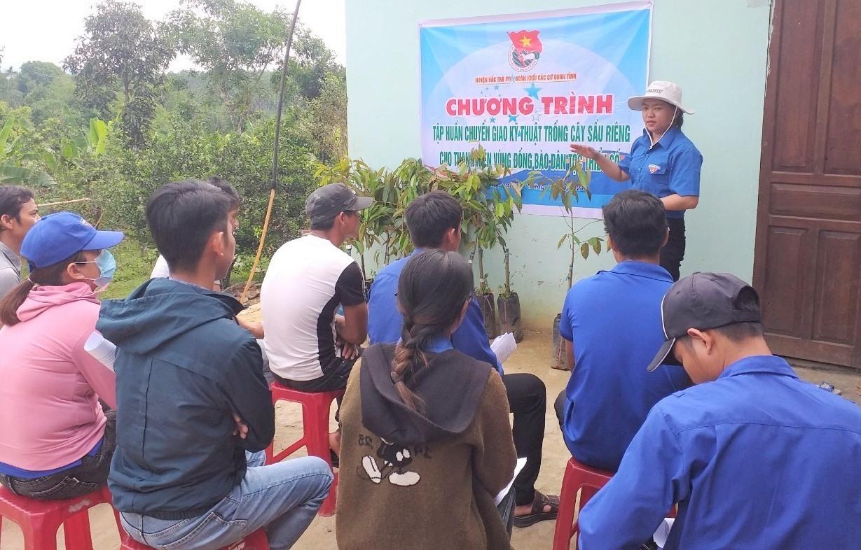 Đoàn Khối các cơ quan tỉnh tập huấn kỹ thuật trồng cây sầu riêng cho người dân. Ảnh: V.A