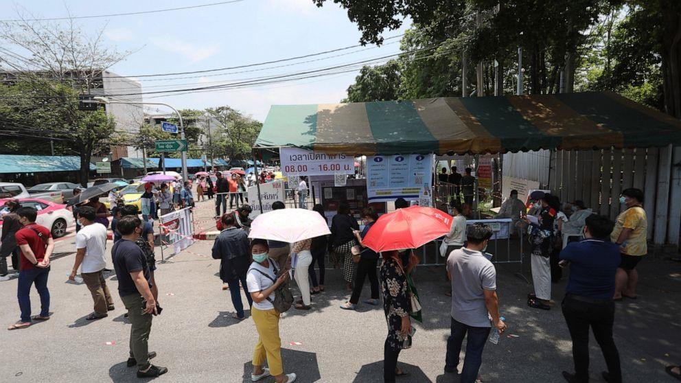 Người dân tại Thái Lan xếp hàng chờ đợi xét nghiệm Covid-19. Ảnh: AP