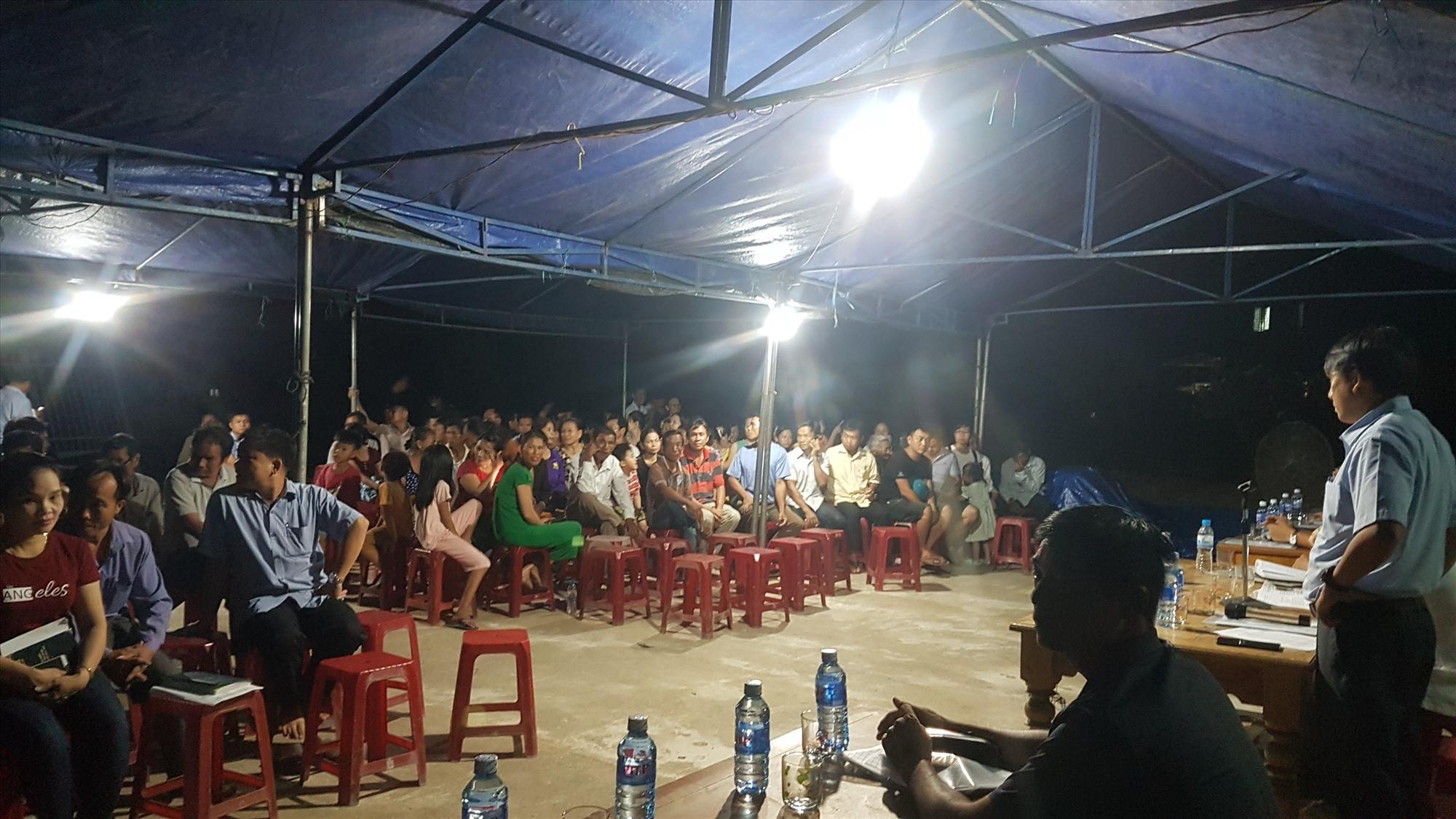 Buổi đối thoại diễn ra căng thẳng đã đi đến cam kết cuối cùng là trại heo Hùng Vân di dời trong vòng 30 ngày, từ 26.4 đến 26.5.2021. Ảnh: D.L