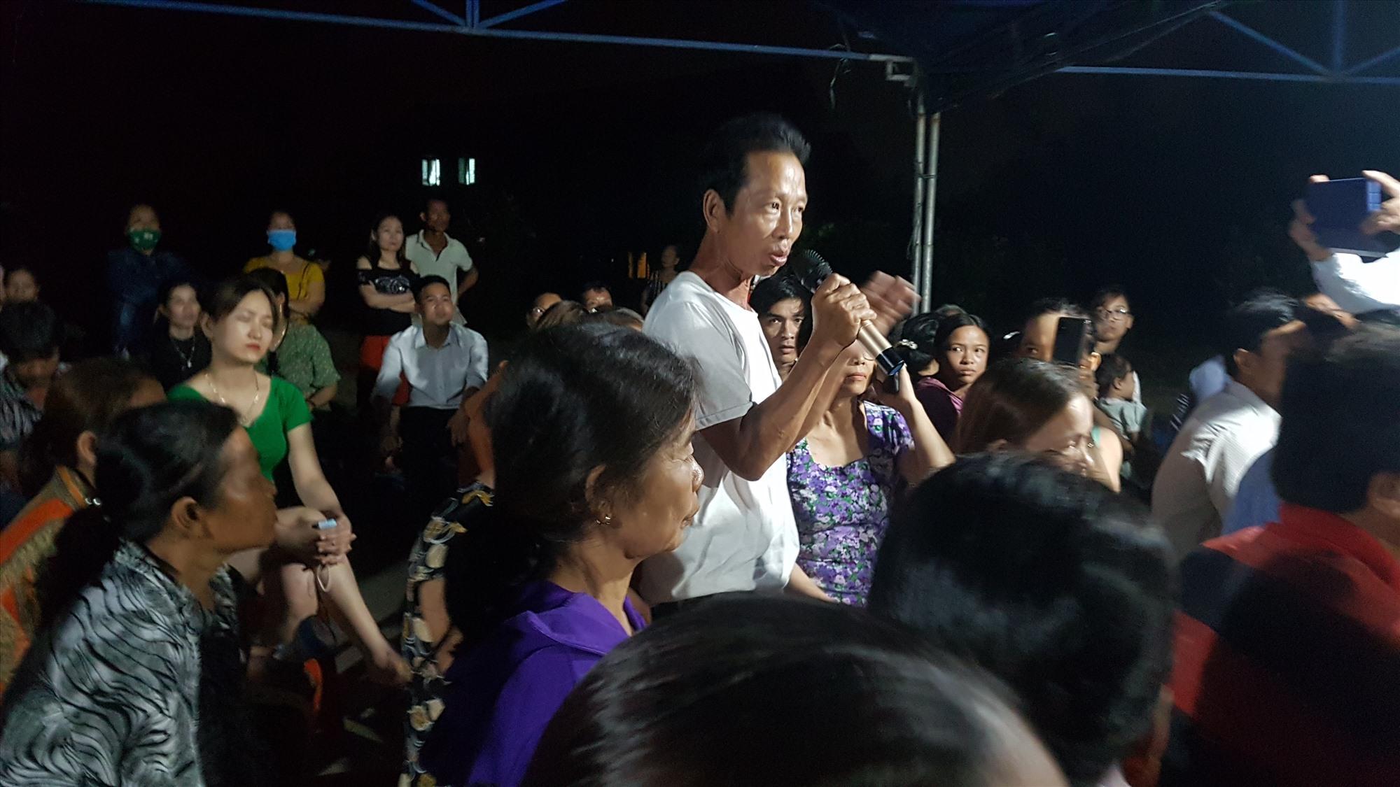 Nhân dân kiên quyết yêu cầu di dời trại heo Hùng Vân. Ảnh: D.L