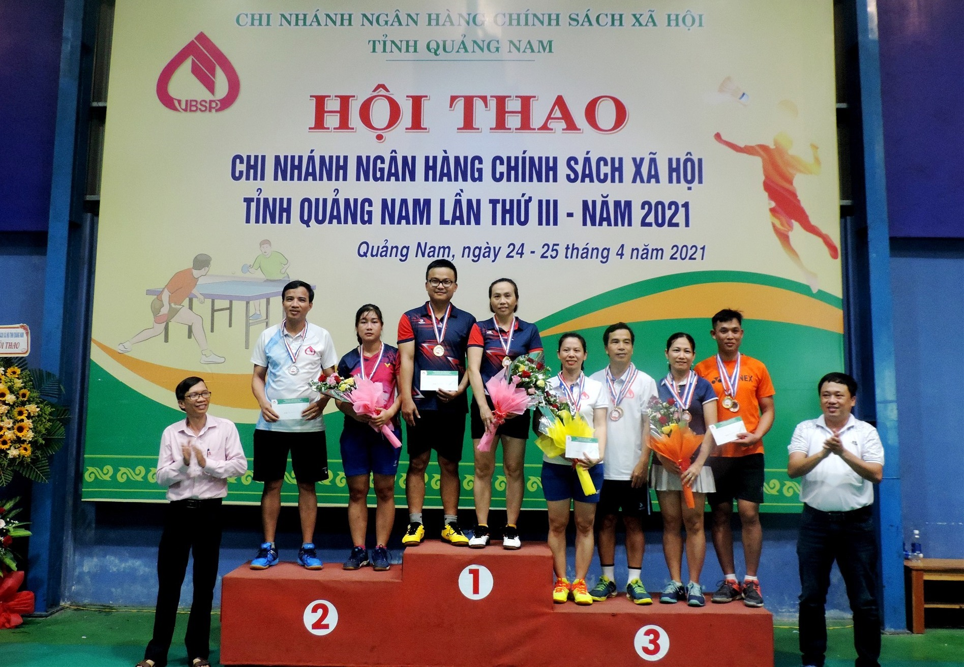 Ngân hàng CSXH chi nhánh Quảng Nam trao huy chương cho các vận động viên. Ảnh: VIỆT NGUYỄN