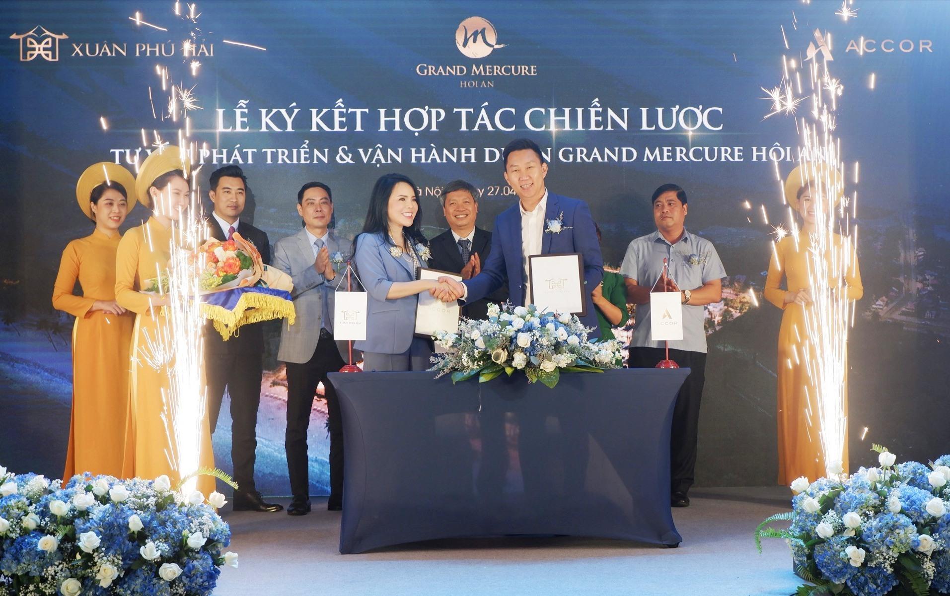hó Chủ tịch UBND tỉnh Hồ Quang Bửu và lãnh đạo các sở, ban ngành của tỉnh chứng kiến lễ ký kết hợp tác chiến lược giữa Công ty CP Đầu tư và xây dựng Xuân Phú Hải với Tập đoàn Accor. Ảnh: Q.T