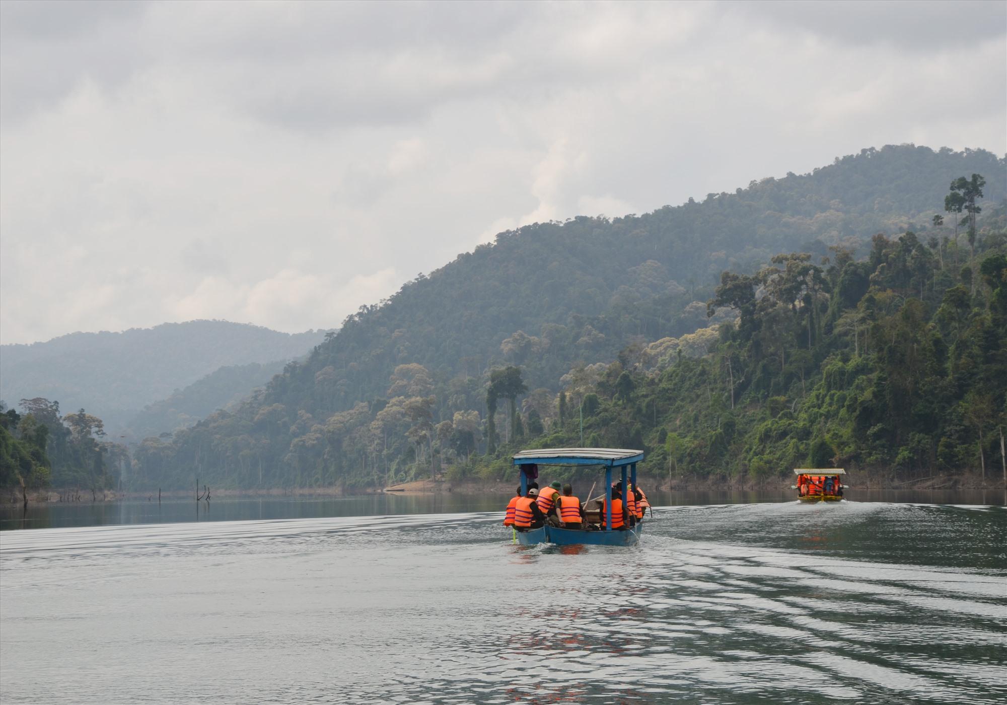 Nước ở hệ thống dòng Vu Gia - Thu Bồn trong xanh trở lại do các công trình thủy điện đã vận hành và các hồ chứa nước trở thành bể lắng trước khi về hạ lưu. Ảnh: H.P