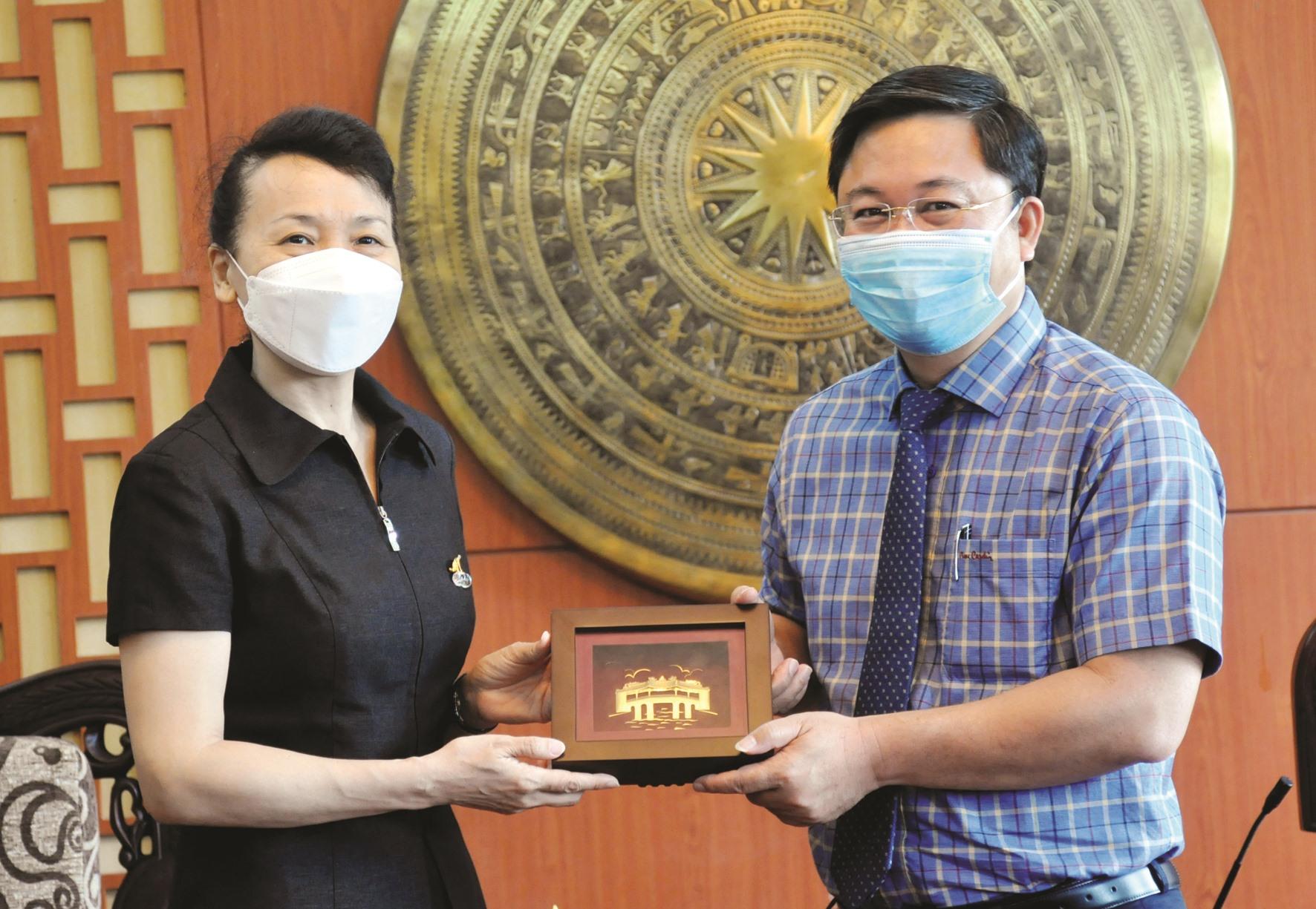 Chủ tịch UBND tỉnh Lê Trí Thanh tặng quà lưu niệm cho bà Đổng Bích Du - tân Tổng Lãnh sự Trung Quốc tại TP.Đà Nẵng. Ảnh: N.Đ