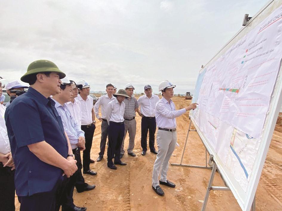 Đồng chí Phan Việt Cường kiểm tra dự án đường Võ Chí Công. Ảnh: H.P