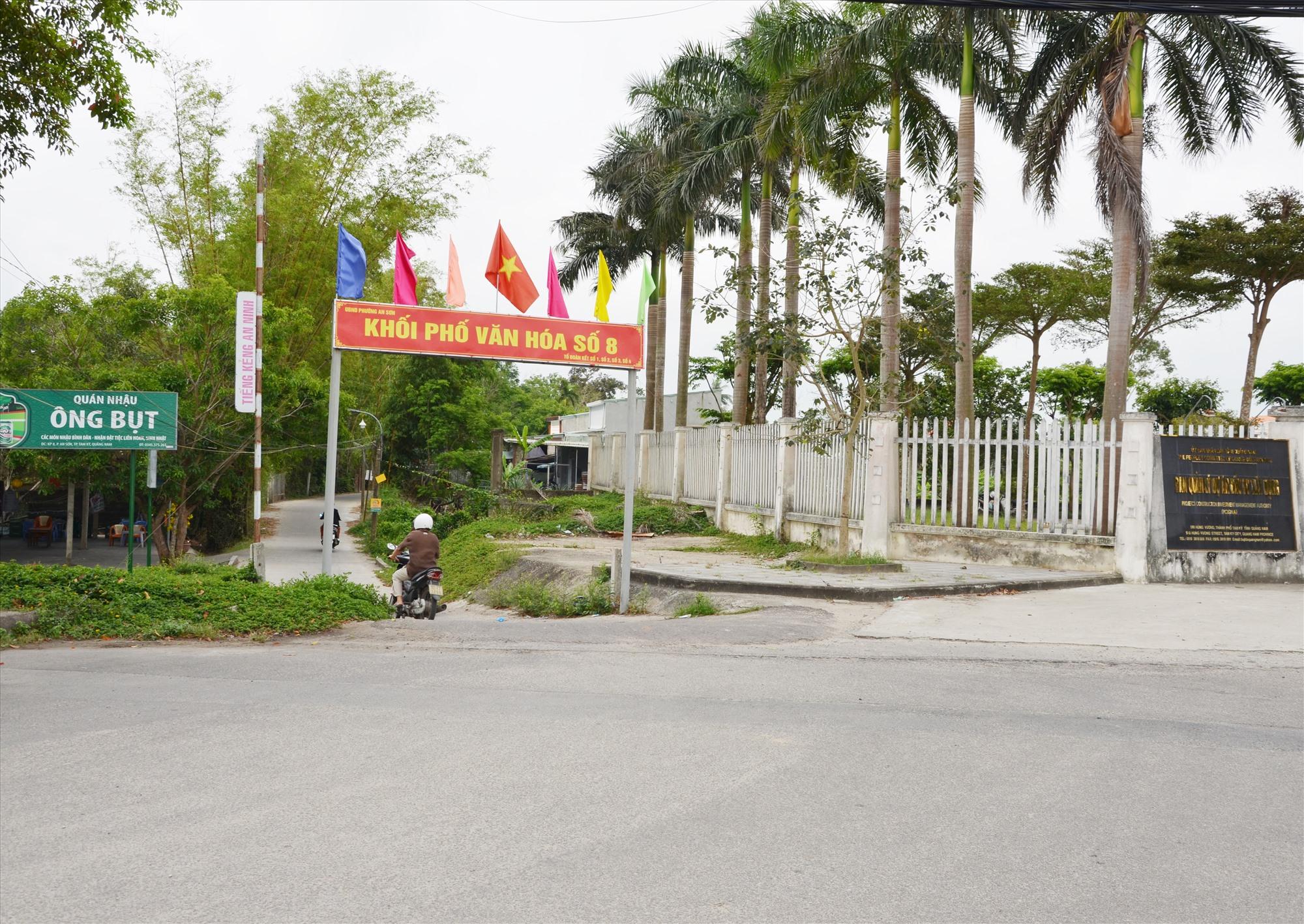 Nhiều tuyến đường trong khu dân cư ở phường An Sơn (Tam Kỳ) chưa khớp nối ra tuyến Nguyễn Hoàng. Ảnh: H.P